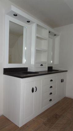 Wit badkamermeubel van steigerhout met mooie spiegellijsten.