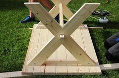 Bygg ett bord till trädgården, altanen eller trädäcket. Diy Garden Table, Diy Garden Furniture, Building Furniture, Diy Furniture Projects, Woodworking Projects Diy, Picnic Table Bench, Diy Dining Table, Patio Table, Diy Wood Projects