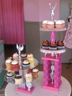 Master Bedroom Decorating Concepts - DIY Crown Molding Set Up Re-Purposed Trophies As Cake Stands.Interesting Way To Used Old Trophies Mesa Candy Bar, Cupcake Display, Cupcake Stands, Cupcake Holders, Recycled Crafts, Diy Crafts, Party Crafts, Trophy Cupcakes, Old Trophies