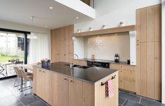 Weet u al hoe u best uw houten keuken kunt onderhouden? Lees onze tips en tricks en zorg voor een perfecte schoonmaak van uw eiken keuken!