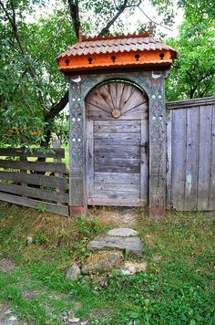 Traditional szekler gate (székelykapu) Énlaka, Erdély, Transylvania, Eastern-Carpathians Carpathian Mountains, Wooden Gates, Entrance Doors, Fences, Art And Architecture, Wood Carving, Country Living, Romania, Budapest