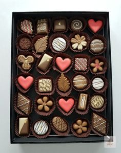 How to Decorate Simple Box of Chocolates Cookies Video Tutorial Homemade Chocolate Bars, Chocolate Candy Recipes, Artisan Chocolate, Chocolate Sweets, Chocolate Bark, Chocolate Gifts, Chocolate Lovers, Chocolate Bowls, Handmade Chocolates