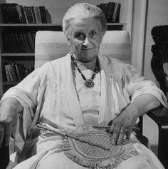 Maria Montessori 1870 - 1952 è stata una pedagogista, filosofa, medico, scienziata, educatrice e volontaria italiana, nota per il metodo che prende il suo nome, usato in migliaia di scuole materne, elementari, medie e superiori in tutto il mondo, ed è stata la prima donna a laurearsi in medicina in Italia.