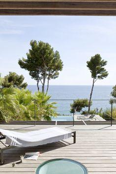 Double terrasse en bois pour se lover au bord de la piscine dans une villa réaménagée par l'architecte DPLG Frédérique Pyra.