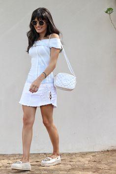 A Blogueira Mariah com Saia Jeans bordada, bag branca e espadrille Carmen Steffens.