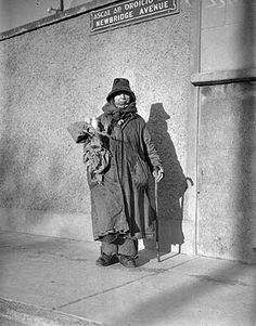 """""""Forty Coats, how many coats ye wearin' today?"""" - Forty Coats chatting to a young lad in Dublin, February, 1943 (Independent Newspapers) . Vintage Pictures, Old Pictures, Old Photos, Dublin Street, Dublin City, Ireland Pictures, Irish People, Young Lad, Irish American"""