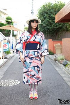 Lovely modern yukata look in Harajuku. I've seen some news about a shop who prints modern yukatas and I'd love to see more.