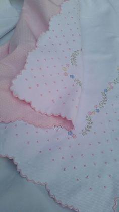 Manta bordada em toda a volta.  Bordado artesanal, feito em máquina movida à pedal.  Fazemos na cor desejada .  Fotos ilustrativas. Preço apenas da manta. Consultar valores para fraldas de ombro e boca. Cutwork Embroidery, Baby Embroidery, Embroidery Patterns, Quilt Baby, Crochet Rug Patterns, Embroidered Towels, Baby Bedding Sets, Cross Stitch Baby, Heirloom Sewing