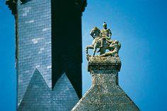 Collégiale de Candes Saint Martin - 69) LE PORCHE SEPTENTRIONAL: Dans ce cadre, la démonstration visuelle de la royauté à Candes sert de cas d'espèce, et je crois que les sculptures faisaient partie d'un vaste programme initié par les Plantagenêt pour mettre en image leur double nature comme membres d'une dynastie noble et royale, puisqu'ils étaient à la fois comte d'Anjou et rois Anglo-normands.