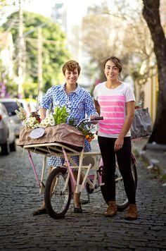 Marina Gurgel Prado e Tatiana Pascowitch deixaram para trás carreiras bem sucedidas para saírem por São Paulo espalhando beleza natural através de arranjos florais que são, obrigatoriamente, entregues de bicicleta. Elas fazem parte da nova geração de empreendedores, e sua missão é democratizar o acesso às flores e trazê-las de volta ao dia a dia da cidade.