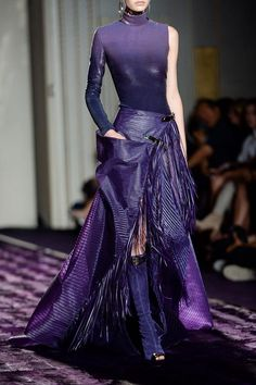 View all the detailed photos of the Versace Atelier haute couture fall 2014 showing at Paris fashion week. Purple Fashion, High Fashion, Fashion Show, Fashion Outfits, Womens Fashion, Fashion Design, Lila Outfits, Purple Outfits, Haute Couture Style
