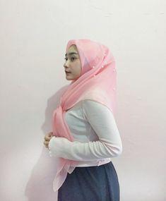 screenshot gallery of hottest popular celebrities Beautiful Muslim Women, Beautiful Hijab, Young And Beautiful, Girl Hijab, Hijab Outfit, Muslim Fashion, Hijab Fashion, Capitol Couture, Indonesian Girls