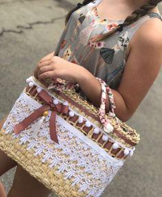 Linda bolsa de palha com detalhe em renda francesa Mede 35cm de largura x 25cm de altura sem contar as alças. Forrada em tecido internamente. Alça enfeitada com tecido