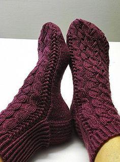 Kanervapalmikko -sukat on yhdistelmä palmikkoja ja pitsineuletta. Ohje naisten sukkiin.