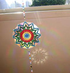 Mandala de crochet em CD reciclado - Efeito do reflexo do sol na parede by Colorido Eclético - por Cristina Vasconcellos, via Flickr