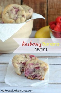 Super easy Raspberry Banana Muffins- a perfect low sugar grab n go snack! This light and fluffy muffin has greek yogurt for added protein. Yummy Treats, Delicious Desserts, Sweet Treats, Healthy Desserts, Yummy Food, Healthy Meals, Healthy Recipes, Raspberry Recipes, Raspberry Muffins