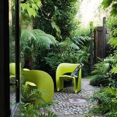 Da @novoambiente: Que tal começar o ano decorando a casa com a cor de 2017, escolhida pela @Pantone? O tom, batizado de Greenery, é um verde amarelado que evoca os primeiros dias da primavera, quando a natureza se renova. Por isso, ele traz o simbolismo de recomeço e de otimismo. Aqui na @NovoAmbiente, uma de nossas apostas é a poltrona Raviolo, de Ron Arad para a Magis (@magis_design).