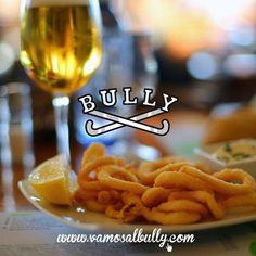 Unos calamares y unas cañas mientras decidimos nuestra elección del menú de hoy en el #vamosalbully #donostia #sansebastian También tienes todo nuestro menú en nuestra página web vamosalbully.com