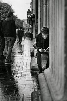 young men reading, joven leyendo en la calle