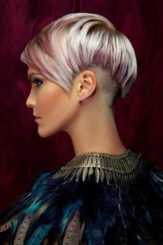 Wir lieben Farben!! Wer mag keine Farbe in seinem Leben? Ok, manche Leute möchten keine Farbe im Haar. Das heißt aber nicht, dass es bei anderen nicht schön aussieht. Täglich sehen wir auf der Straße Frauen mit wunderschönen Farben im Haar. Schau ...