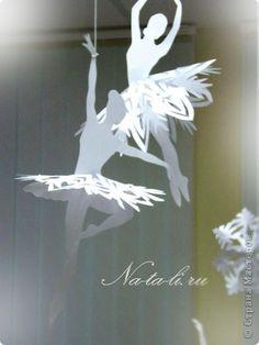 Интересная новогодняя идея украшения квартиры и новогодней ёлочки. Снежинки - балеринки прикрепляются на прозрачную нить к люстре и вращаются при любом движении воздуха, будто кружатся в танце! …