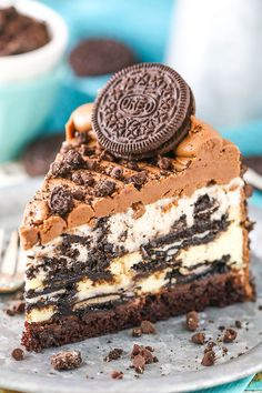 You'll love this decadent Oreo cheesecake recipe. Made with layers of Oreo mousse, Oreo cheesecake, chocolate ganache, brownie, then covered in frosting & crushed Oreos. This is truly the best Oreo cheesecake! Every layer…View Post Oreo Torta, Oreo Cake, Brownie Oreo, Oreo Brownies, Oreo Cupcakes, Delicious Desserts, Dessert Recipes, Yummy Food, Easy Desserts