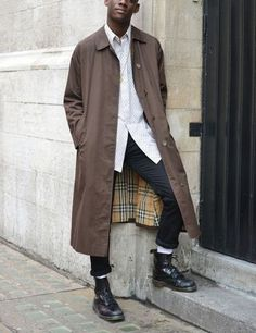 Doc Martens have been in style for almost 60 years, discover what made them so popular. We also discuss how to wear them in style! Street Style Fashion Week, London Street Style Men, Street Fashion Men, Street Styles, Mode Masculine, Dr Martens Hombres, Men Street, Street Wear, Street Style
