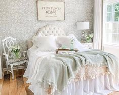 Shabby chic is a great decorating theme for bedroom because it is all about comfort. It is tend to invoke thoughts of comfort and relaxation, with key elements including neutral Camas Shabby Chic, Shabby Chic Style, Bohemian Style, Provence Style, Chic Bedding, Shabby Chic Bedrooms, Sofa Throw, Bed Styling, Looks Vintage