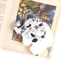 Peluche elephant, en polaire extra douce, avec des motifs éléphants, tissu écru, rouge et bleu, cadeau pour bébé, fête prénatale, 19x15x7 cm Motifs, Playing Cards, Textiles, Etsy, Plush, Red And Teal, Polar Fleece, Handmade, Fabric
