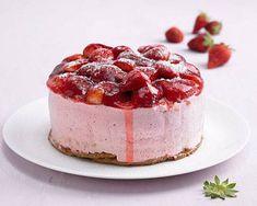 Die Mini-Erdbeertorte ist genau das Richtige, wenn noch nicht genug Erdbeeren reif sind für einen großen Geburtstagskuchen - oder wenn die Geburtstagsgesellschaft eher klein und überschaubar ist. Oder wenn das Geburtstagskind den Geburtstagskuchen ganz allein aufessen will... Zum Rezept: Mini-Erdbeertorte