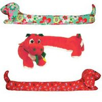 How to: Make your own dog draft excluder Door Draught Stopper, Draft Stopper, Cool Diy Projects, Craft Projects, Sewing Projects, Fabric Animals, Sock Animals, Sewing Tutorials, Sewing Crafts