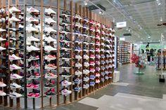 Se trata de la onceava tienda de la cadena de distribución de moda y artículos de deporte en Cataluña, donde avanza con su plan de expansión. Running Stores, Shoe Store Design, Retail Interior, Shoe Show, Father Of The Bride, Retail Design, Restaurant Design, Bride Gifts, Visual Merchandising