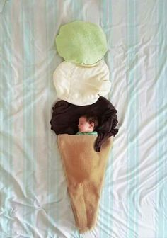 Pin for Later: You'll Never Guess the Simple Household Items Used to Create These Amazing Baby Photos Monthly Baby Photos, Newborn Baby Photos, Baby Poses, Newborn Pictures, Monthly Pictures, Baby Kostüm, Baby Boy Newborn, Baby Kalender, Foto Baby