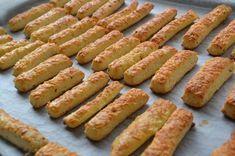 A sajtos rúd aminél még nem kóstoltál finomabbat! Ha ezzel kínálod a locsolókat, jobb ha legalább kétszeres adagot sütsz belőle! Hozzávalók 14 dkg liszt, 14 dkg margarin, 14 dkg héjában főtt tisztított, áttört burgonya, 14 dkg reszelt... Salty Snacks, Yummy Snacks, Snack Recipes, Cooking Recipes, Yummy Food, Hungarian Desserts, Hungarian Recipes, Gluten Free Sourdough Bread, Savory Pastry