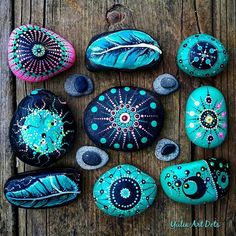 Yulia sur Instagram: #YuliaArtDots #paintedstones #turquoise #pebbles #rocks #stones #feathers #star #pink #black #myfavorites #myart #art #my world of colors…