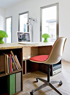 This is the home of an Italian architect who had the idea to use salvaged wooden crates in the interior design to create modular furniture. Wooden Crates Desk, Crate Desk, Crate Bookshelf, Wooden Boxes, Modular Furniture, Home Office Furniture, Furniture Design, Florence Apartment, Interior Architecture