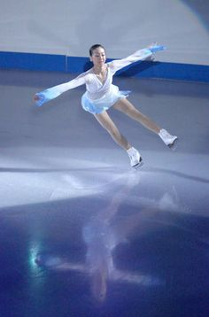 NHK杯フィギュア・エキシビションで演技する浅田真央(札幌市の真駒内セキスイハイムアイスアリーナ)