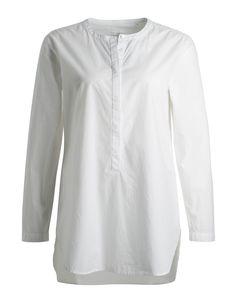 La Garconne adore: Weiße Baumwoll-Hemdbluse in Boyfriend-Länge aber feminin schmal geschnitten und ohne Kragen.