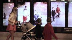 為了吸引更多人來參加魁北克魔術節,主辦單位在大街上做了個有趣的互動。  首先他們在面街的櫥窗裡裝上六塊屏幕,讓中間的兩塊可以人為操控屏幕的顯示情況,從表面上看這些屏幕與鏡子無差,事實上主辦單位也是為了造成這種錯覺。