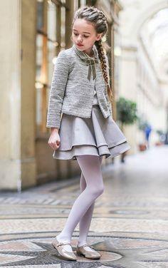 Uno de los conjuntos favoritos de Petite Bergamote para mi gusto, la falda tipo patinadora y la chaqueta me encantan y el tejido es muy muy elegante.: