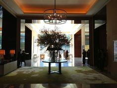 パレスホテル東京。エントランスロビーの景色は晴れているといい感じ♪