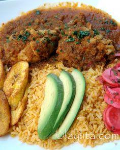 Seco de pollo o seco de gallina cocinado a fuego lento en una salsa de cerveza, cebolla, pimiento, tomate, hierbitas y condimentos