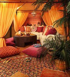 salon marocain moderne, textiles marocains et rideaux oranges