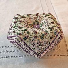 Viola's Garden Biscornu Pattern Instant por RainburstEmbroidery