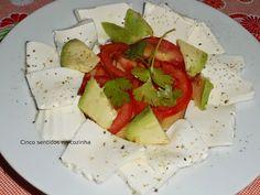 Cinco sentidos na cozinha: Salada de tomate, queijo fresco e abacate