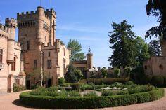 SUD DU PUY DE DOME, PROCHE ISSOIRE Château construit sur les fondations d'un des plus anciens fiefs d'Auvergne, après plusieurs destructions (ligue, révolution) il fut reconstruit en 1850 d'après des plans de VIOLET LE DUC dans le goût moyenâgeux.