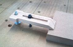 Una bona manera de subjectar a la taula de la fresadora. Fàcil de fer. Ho provaré amb acrilic de 3mm.
