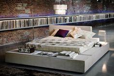 chambre cosy de style industriel avec lit bas et rangement mural intégré…