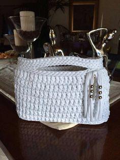 Bolso de trapillo Crotchet Bags, Diy Crochet Bag, Knitted Bags, Crochet Crafts, Crochet Projects, Love Crochet, Knit Crochet, Crochet Handbags, Crochet Purses