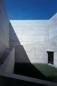 地中美術館 (ベネッセアートサイト直島)/ 香川県直島町・・・「自然と人間を考える場所」をコンセプトに瀬戸内の美しい景観を損なわないよう建物の大半が地下に埋設されています。館内には、クロード・モネ、ジェームズ・タレル、ウォルター・デ・マリアの作品がある建築家、安藤忠雄によって設計され恒久設置されているモダンな建物。地下でありながら自然光を取り入れ瀬戸内の景色に調和しています。ここに瀬戸内の美しい風景が一望できるカフェ「地中カフェ」があります。
